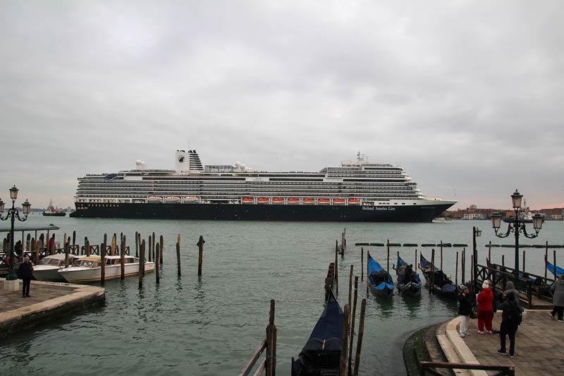 Holland America Line Nieuw Statendam in Venetië