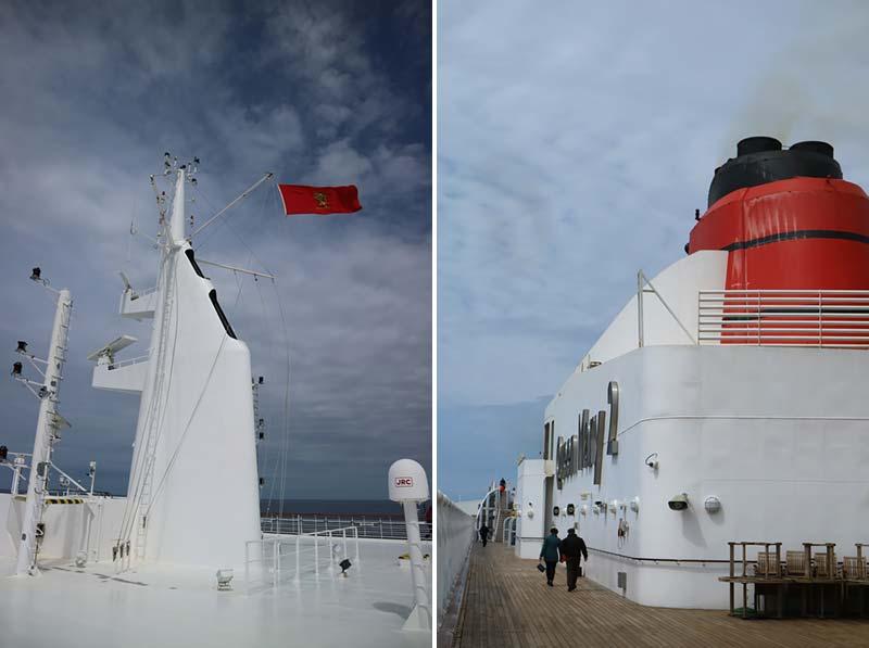 Schoorsteen en vlaggenmast op de Queen Mary 2 van Cunard