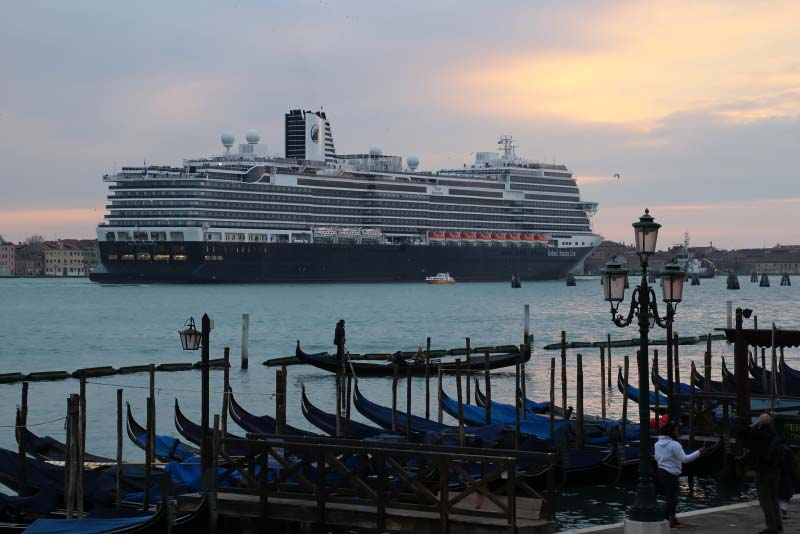 Holland America Line cruiseschip Nieuw Statendam in Venetie