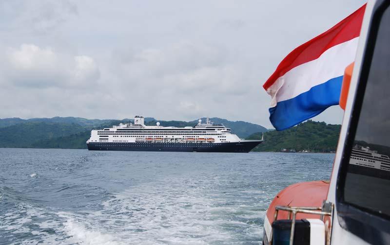De Rotterdam van Holland America Line voor anker bij Komodo, Indonesië