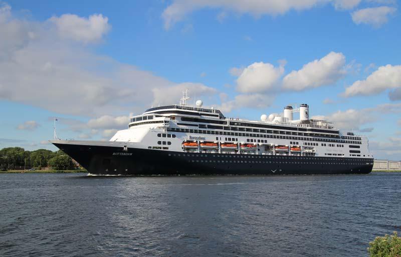 De Rotterdam van Holland America Line in het Noordzeekanaal