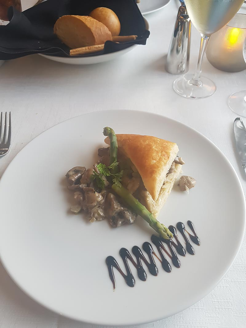 Discoveries restaurant op de Azamara Pursuit