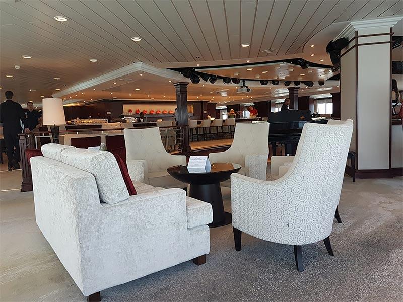 Living Room lounge op de Azamara Pursuit