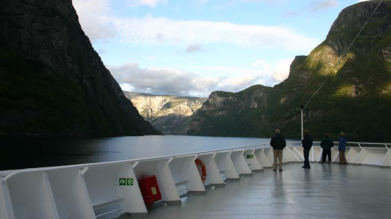 Vertrek van Braemar Fred. Olsen Cruise Line uit Gudvangen Noorwegen