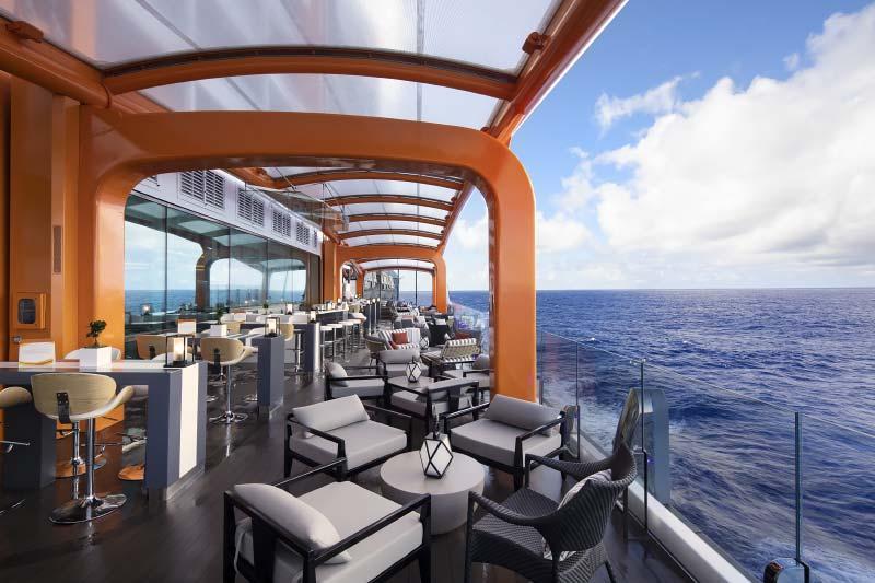 Interieurfotos van zonnedekken, zwembaden en Magic Carpet op cruiseschip Celebrity Edge van Celebrity Cruises