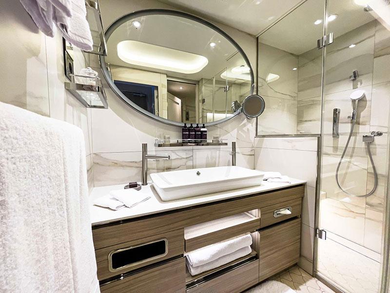 crystal endeavor crystal cruises luxe expeditieschip suite met balkon