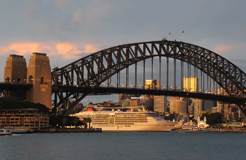 Vertrek van Europa 2 van Hapag-Lloyd Cruises uit Sydney Australie