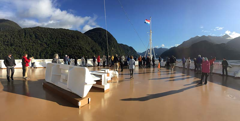 Cruiseschip in Dusky Sound, Fiordland National Park, Nieuw-Zeeland
