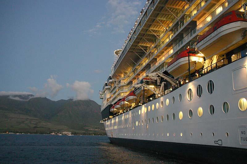 Vertrek van Celebrity Infinity van Celebrity Cruises uit Lahaina, Hawaii