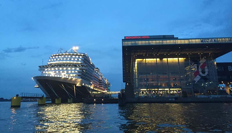 Vertrek van Koningsdam van Holland America Line uit Amsterdam