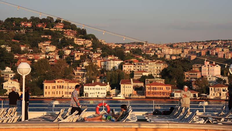 Vertrek van Prinsendam van Holland America Line uit Istanbul, Turkije