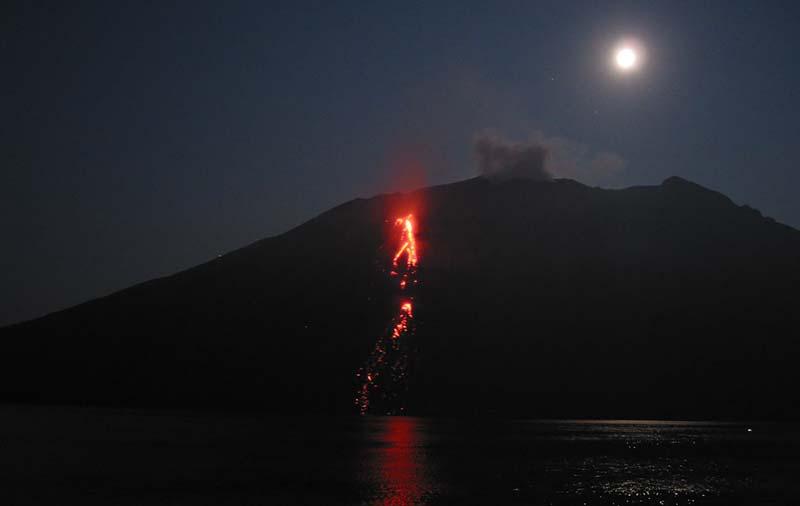 Stromende lava bij Stromboli, Italië vanaf de Royal Clipper