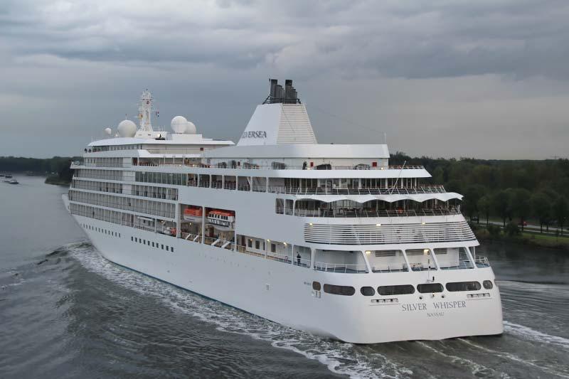 Silver Whisper van Silversea Cruises in het Noordzeekanaal
