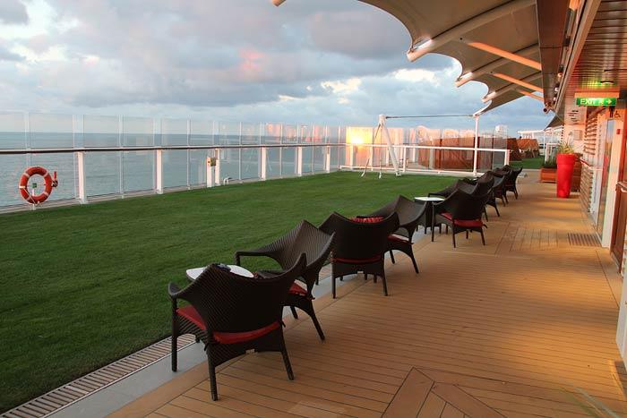 Foto's van The Lawn Club grasveld op het cruiseschip Celebrity Reflection