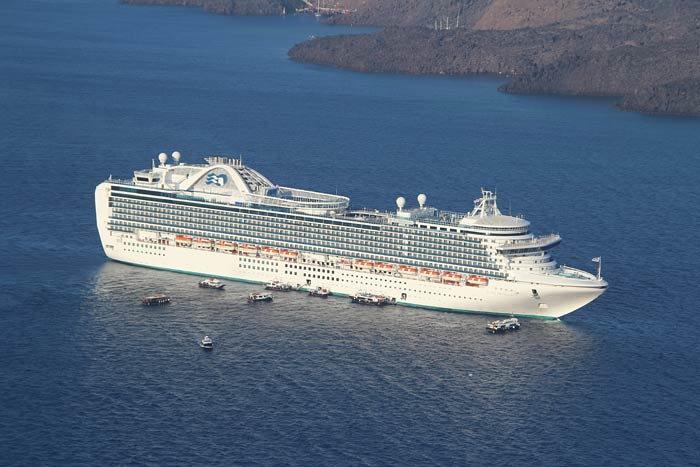 Foto's van cruiseschip Ruby Princess in Santorini