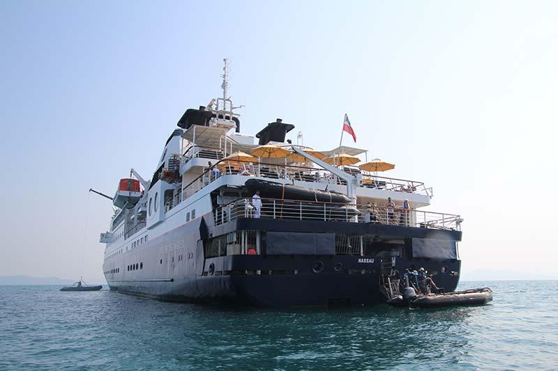 Silver Discoverer cruise schip voor anker bij Lampi Island, Myanmar