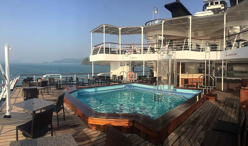 Silver Discoverer cruise schip - Achterdek met zwembad